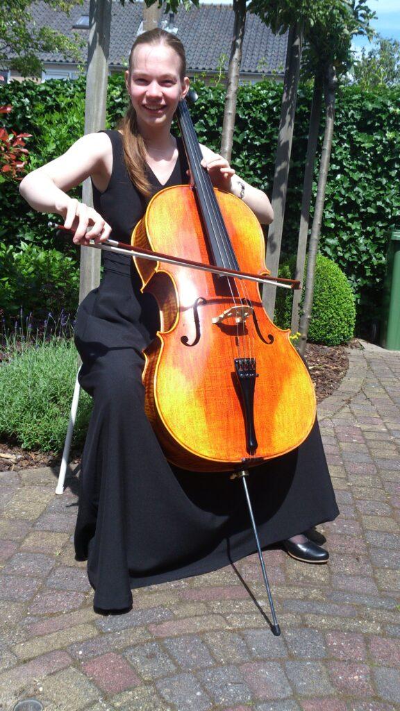 DSC_3375 zittend met cello