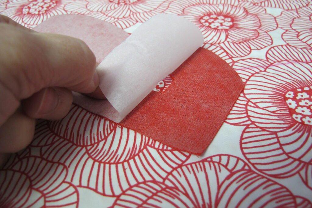 Papierlaag verwijderen nadat de letter/afbeelding uitgeknipt is.