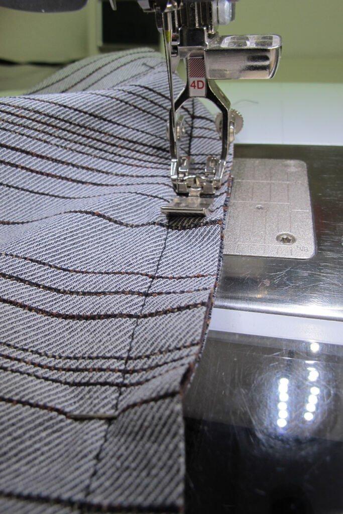 Precies in de stiklijn naaien