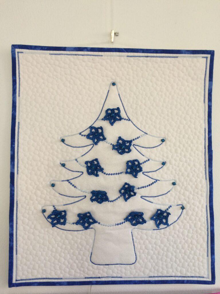 Blauwe kerstboom, gequilt met InvisaFil