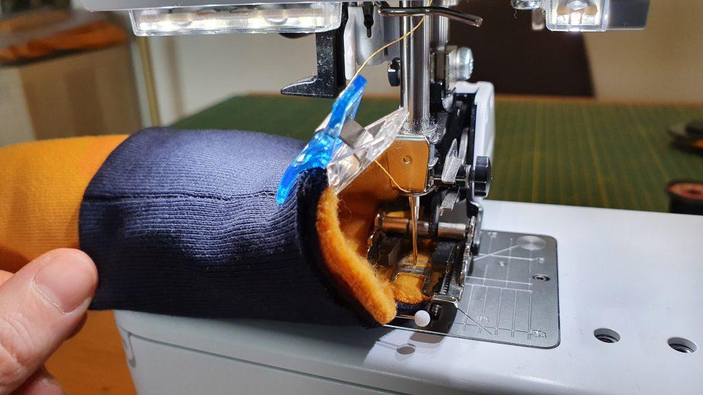 mouwboorden van de dino-sweater naaien