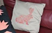 Een kussen met konijn borduren - gratis bestand in EXP en PES.