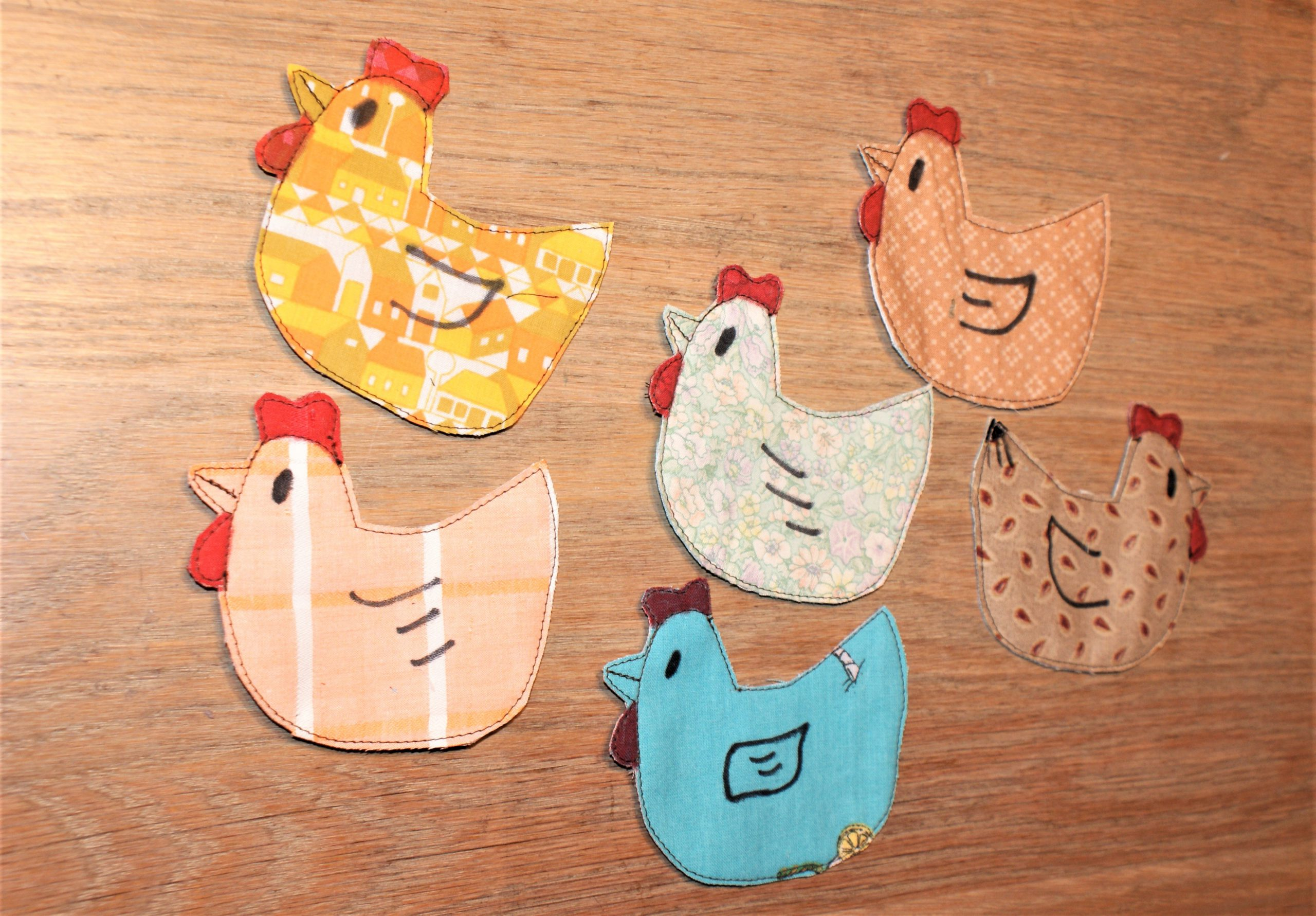 Kippen naaien als paasdecoratie.