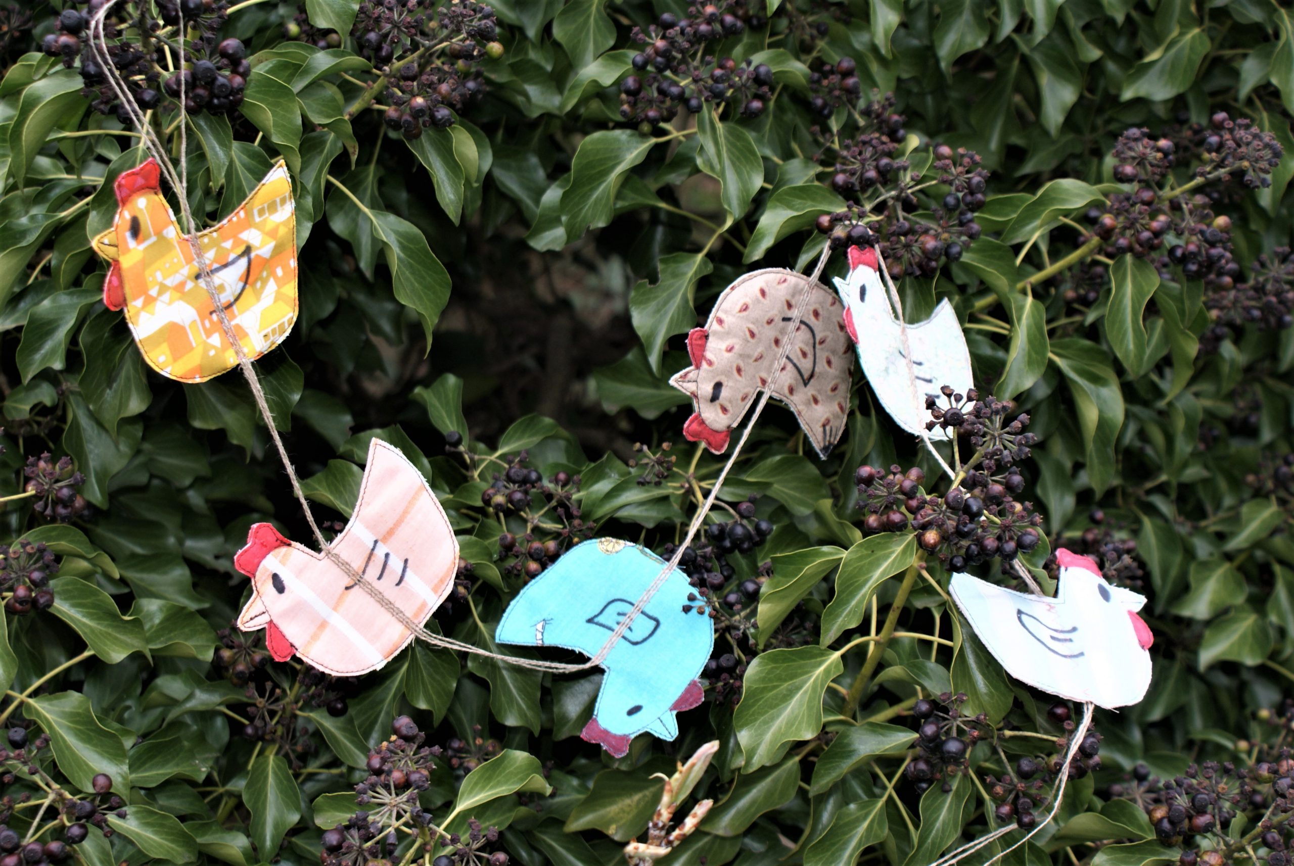 Een slinger van kippen naaien decoratie Pasen