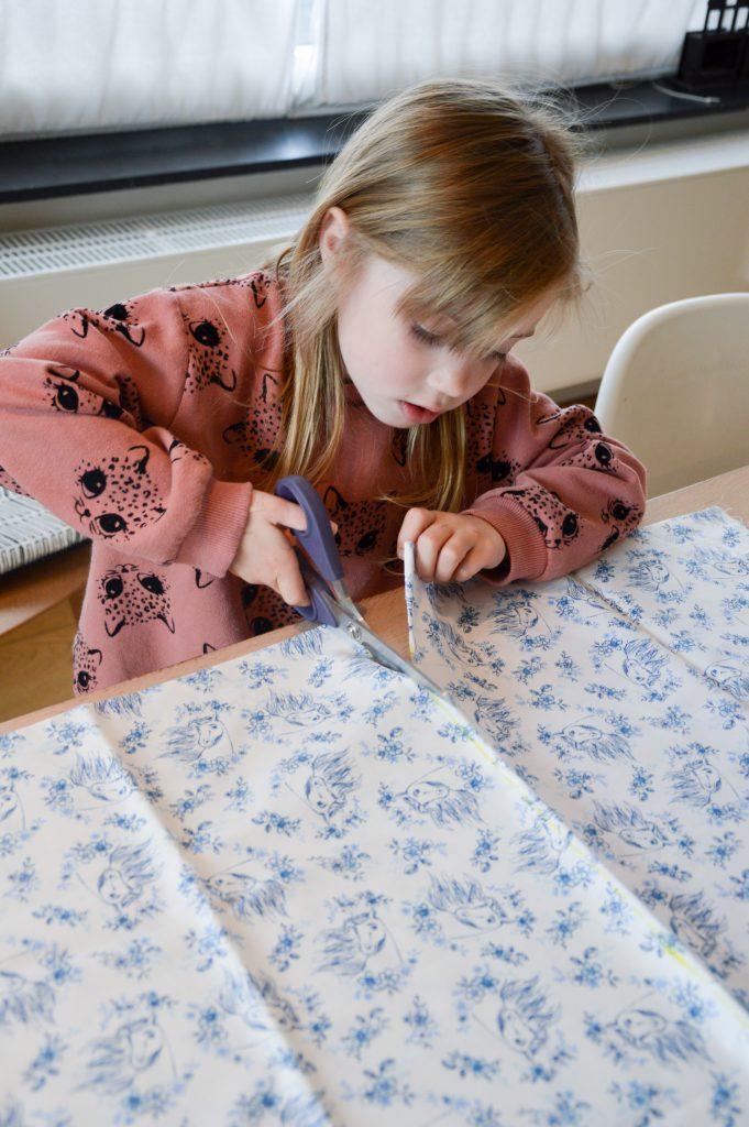 kleine zus wil ook naaien