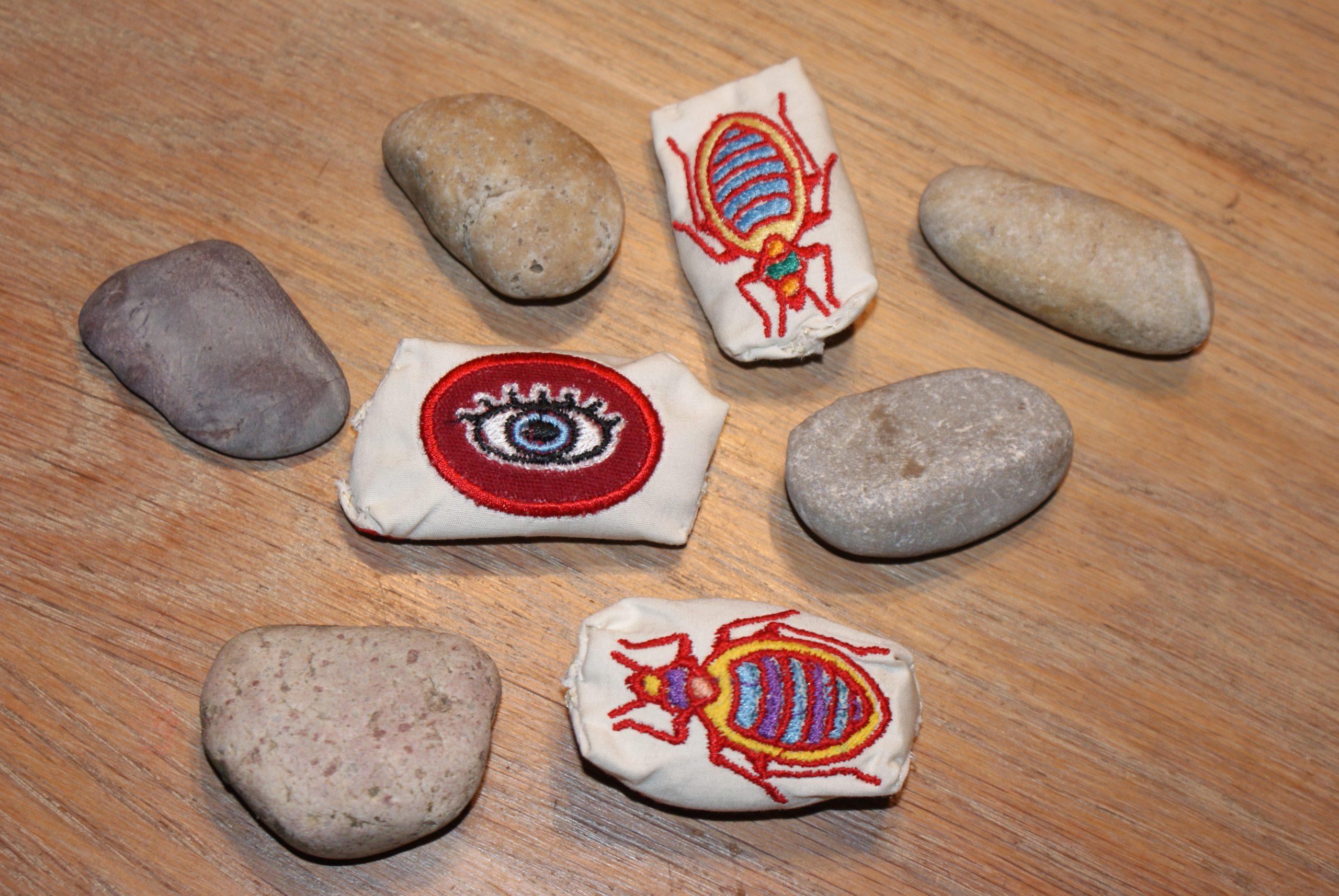 Happy Stones maken op de borduurmachine.