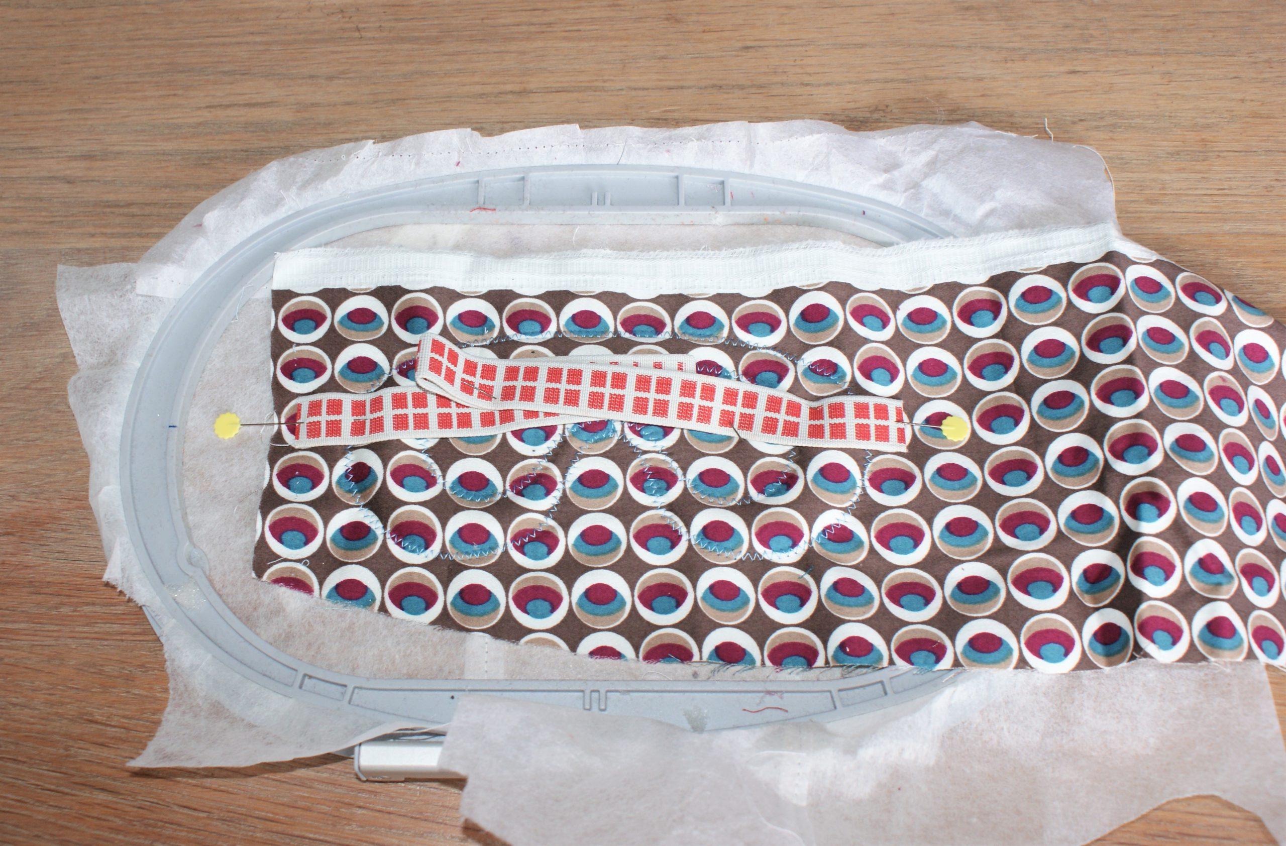 Plaats het elastiek voor het slaapmasker op de stof.