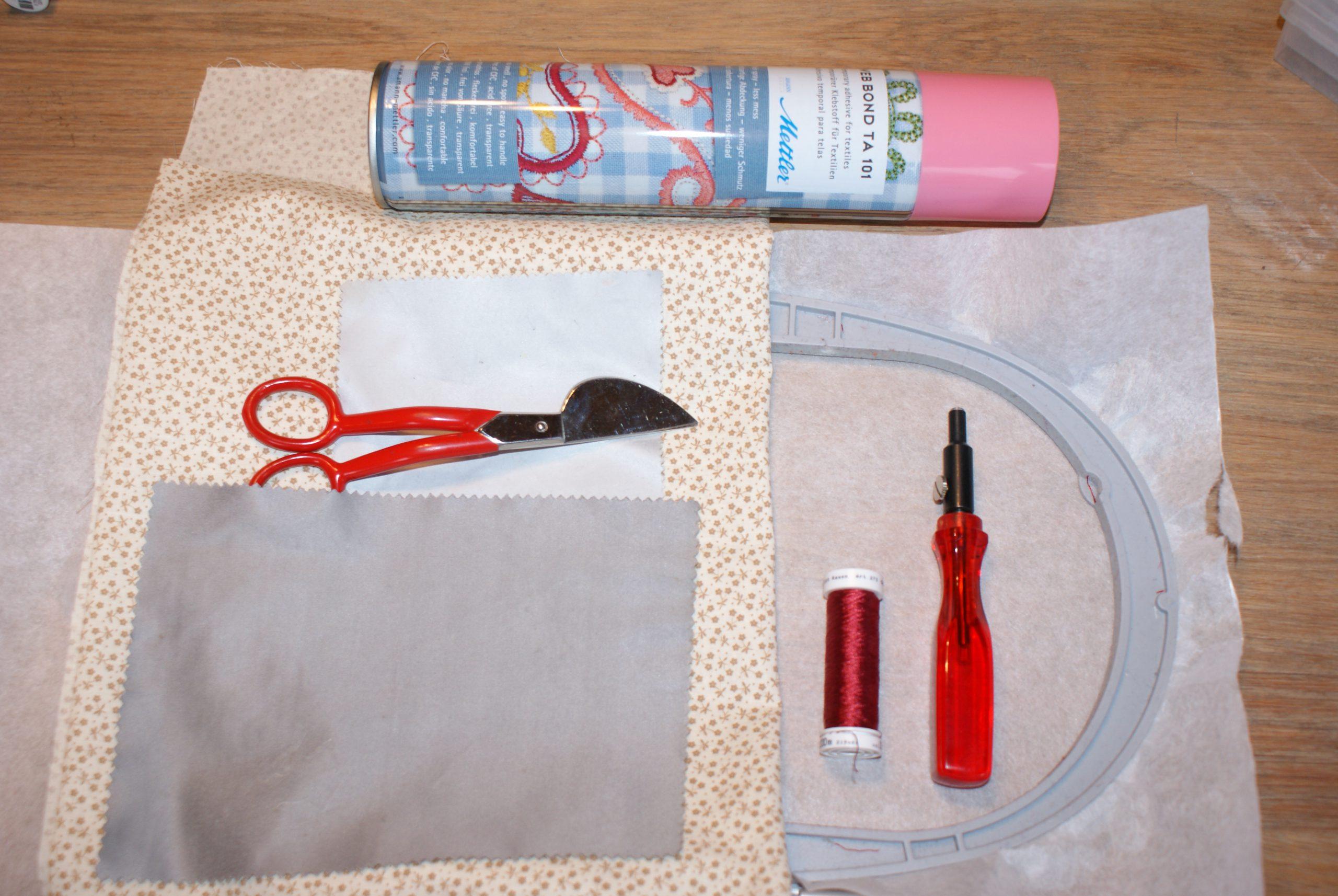 De benodigdheden om een brillenkoker te maken op de borduurmachine.