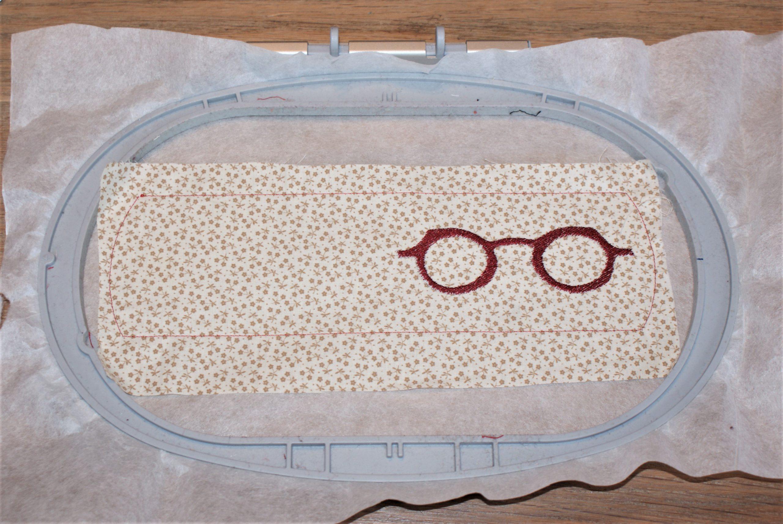 Borduur de bril op de brillenkoker.