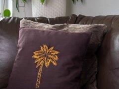 quadratischer Kissenbezug mit Palme bestickt