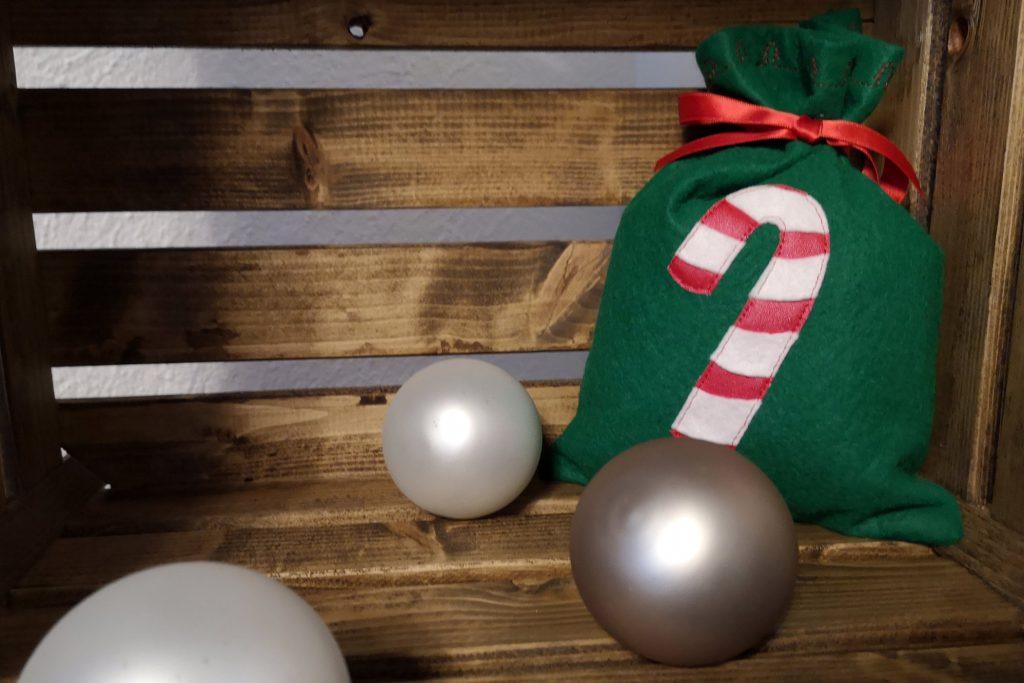 genähtes Weihnachts-Säckli in einer Kiste