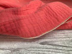 Rollsaum in Detailansicht an pinkem Musselintuch