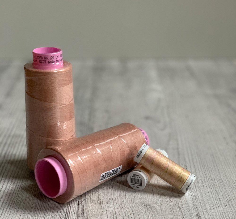 Der Gewinn besteht aus zwei Spulen Multicolour-Garn und zwei Konen in rosa