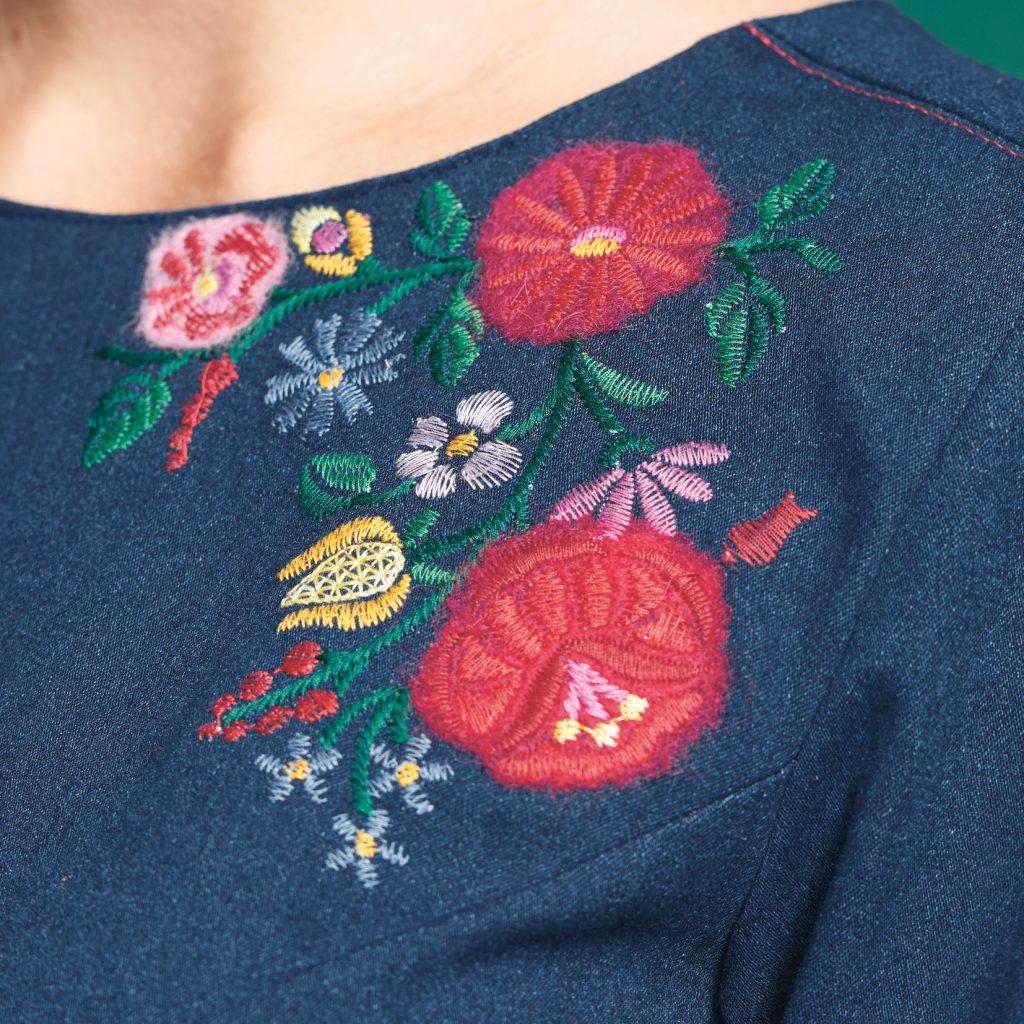 Blütenstickerei auf Jeanskleid