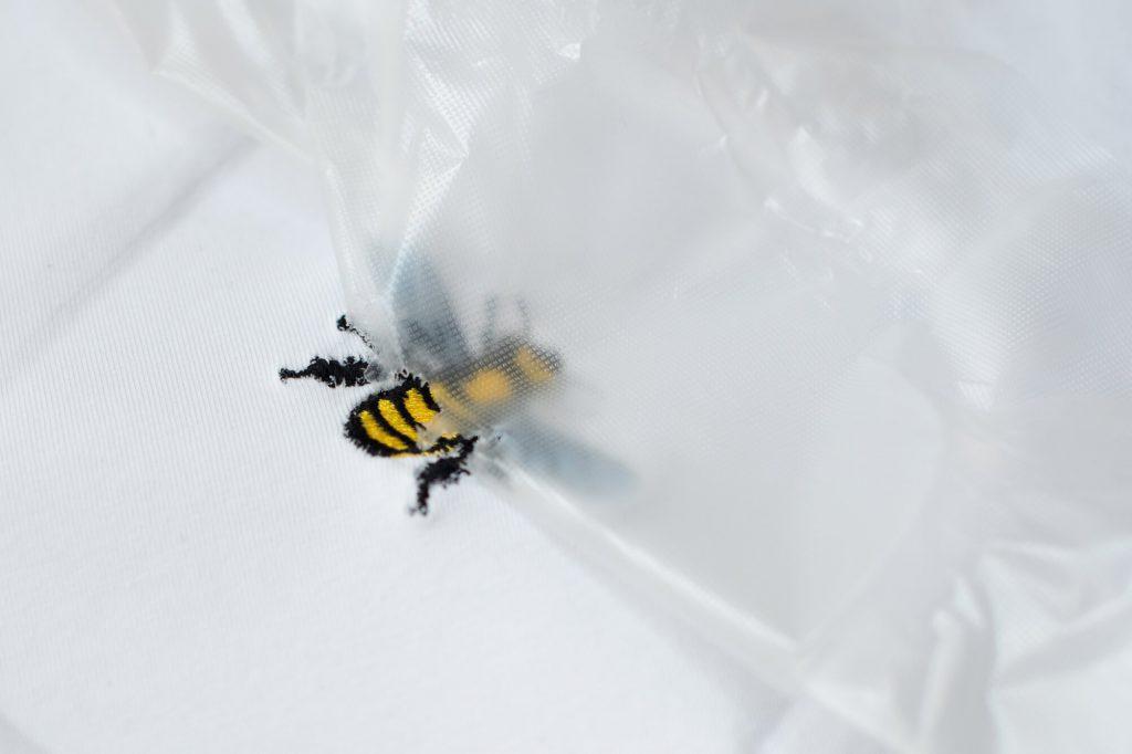 Ein Shirt-Freebook mit einem kostenlosen Bienen-Motiv besticken - von Selbermachen macht glücklich für BERNINA