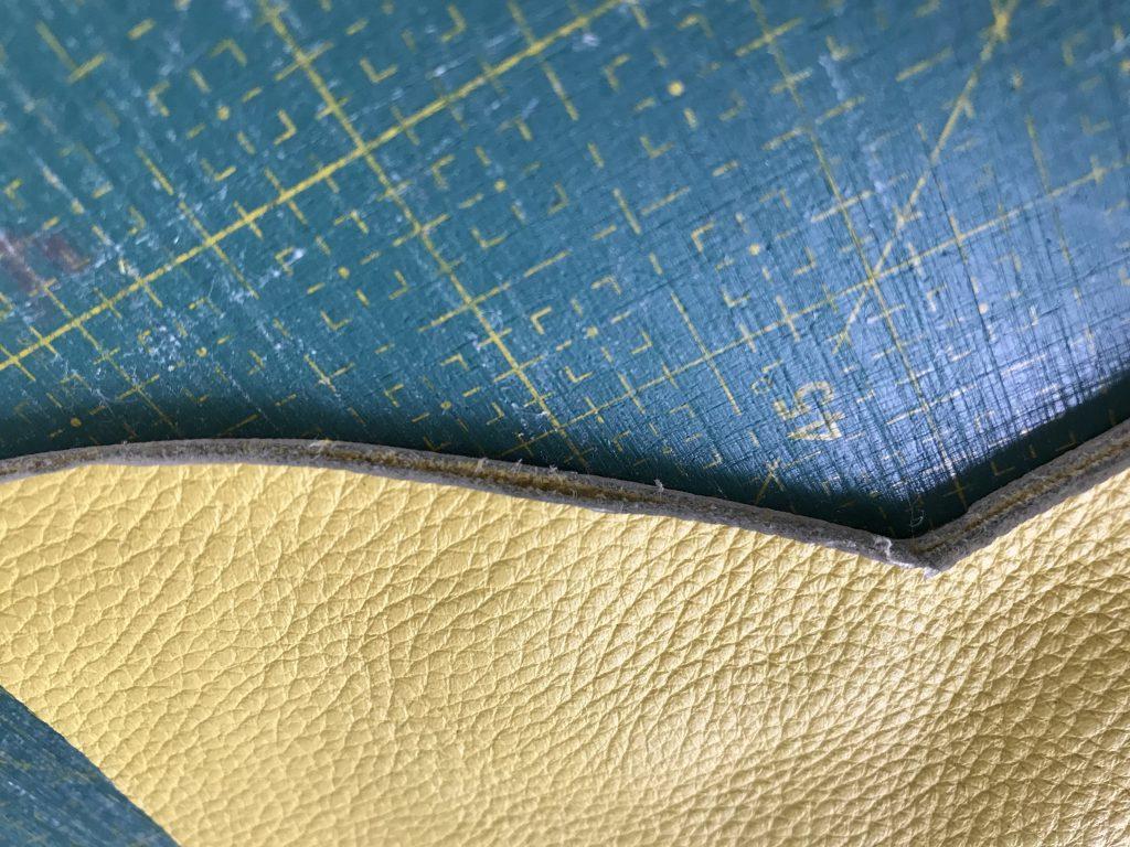 Nähen mit Leder: Schnittmuster mit Textilkleber zusammenkleben