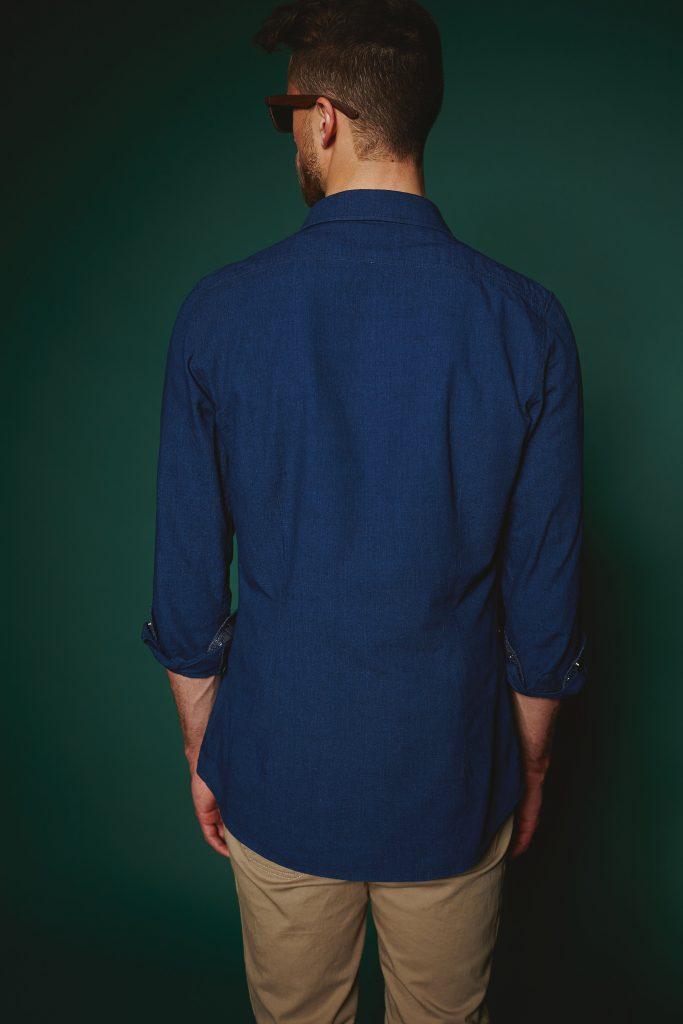 Rückenansicht vom Jeanshemd