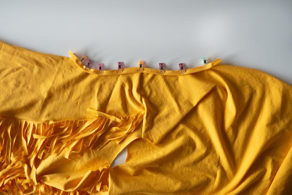 Fransen-Shirt nähen: Streifen an den Armausschnitt nähen