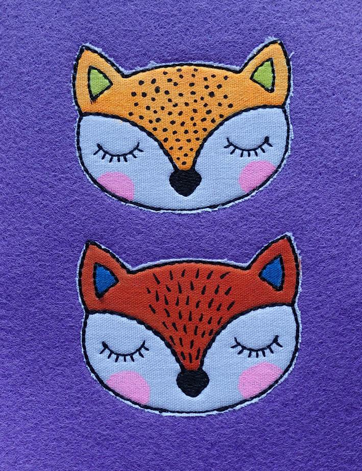 Kostenloses Stickmuster: Fuchs-Köpfe vor dem Ausschneiden bemalen