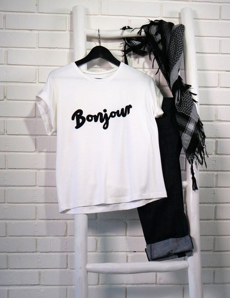 T-Shirt mit CutWork Schriftzug