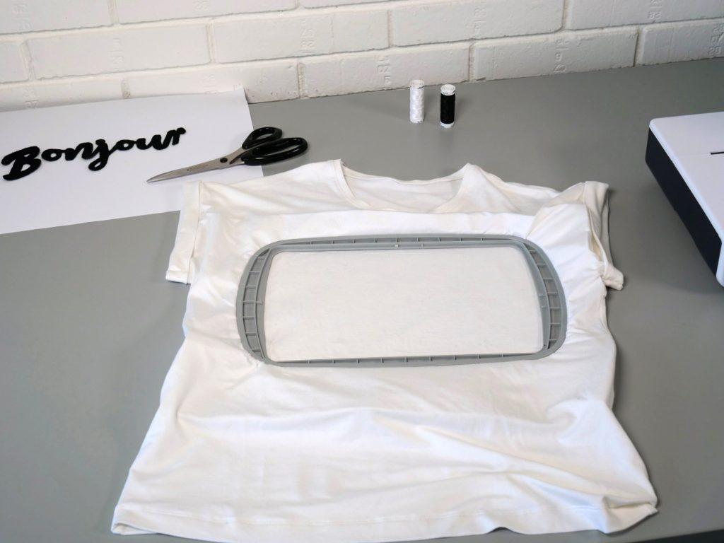 T-Shirt in Stickrahmen eingespannt