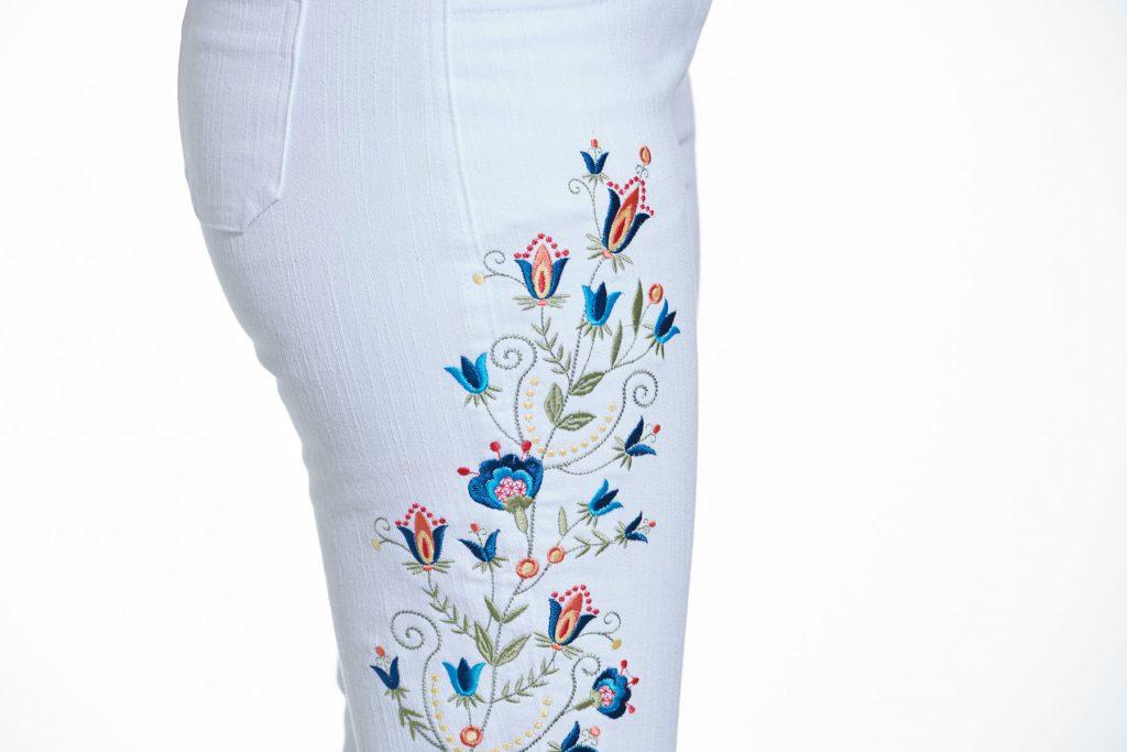 Jeans-Hose mit Stickerei