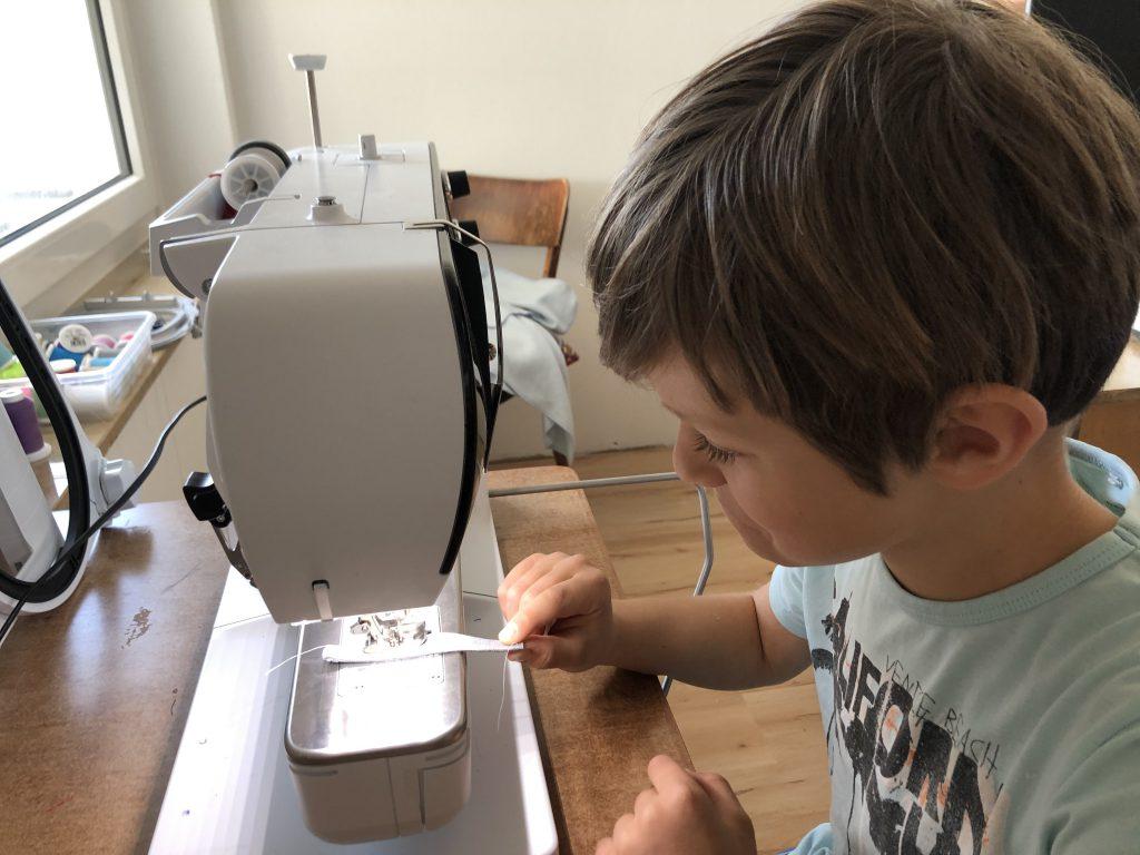 Turnbeutel nähen mit Kindern: Henkel schmalkantig absteppen