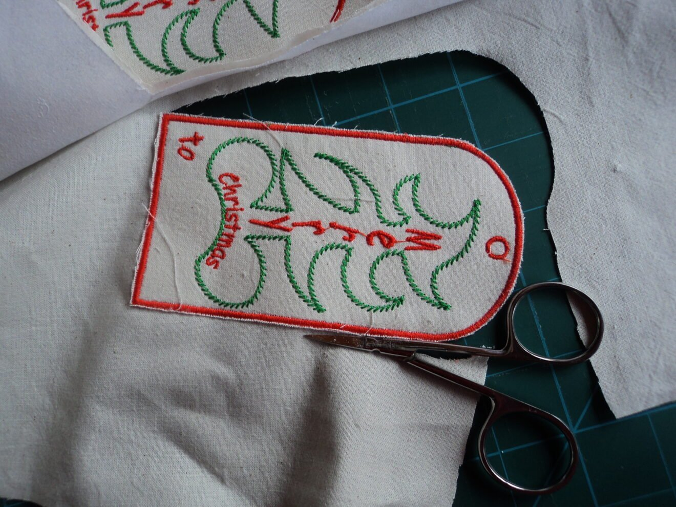 Easy instructions for making embroidered Merry Christmas tree labels (with free embroidery template)