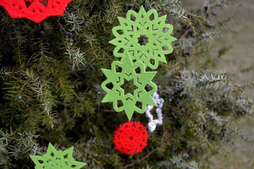 How to make beautiful Christmas tree pendants (with cutwork freebie)
