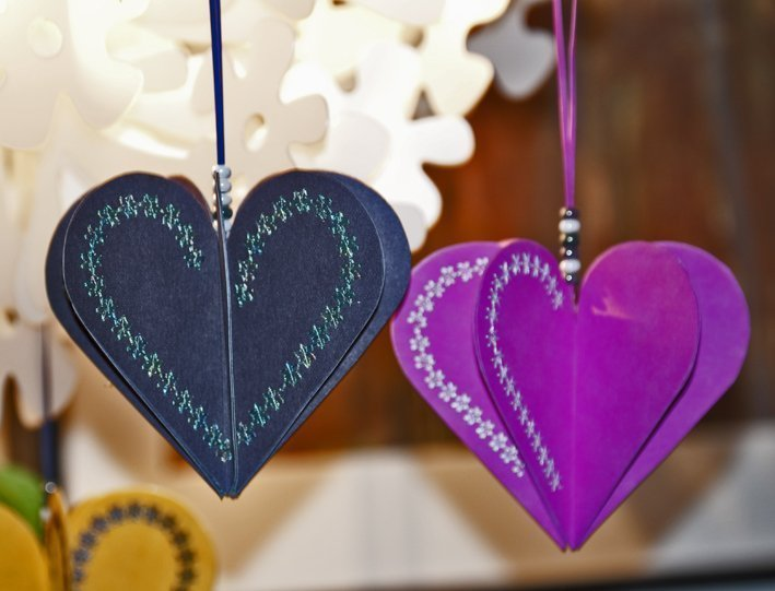 Crafting with children: How to make heart-shaped Christmas tree decorations