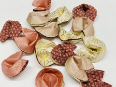 Stitched fortune cookies: Sewing instructions for Christmas and New Year's Eve
